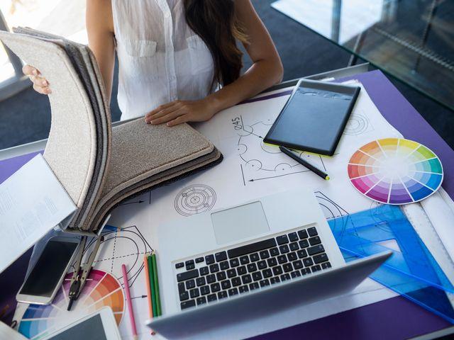 デザインの勉強をする女性