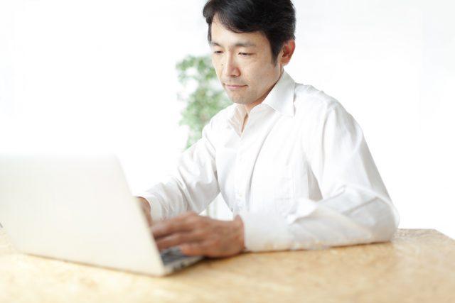経理求人のおすすめ情報を閲覧する男性