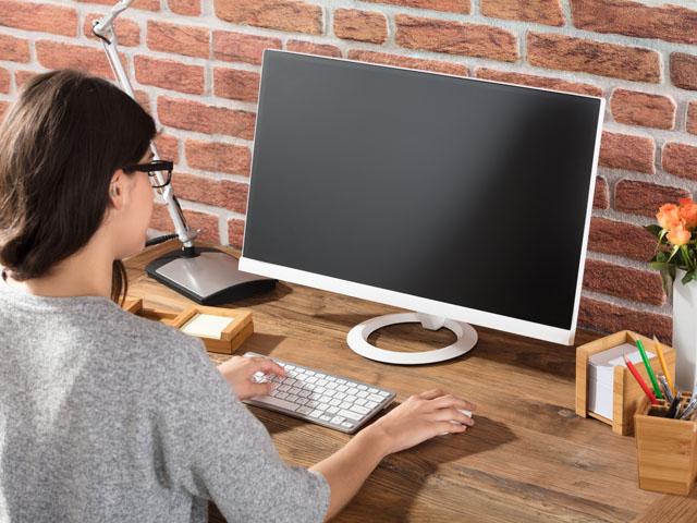 主婦向けの求人サイトで仕事を探す女性