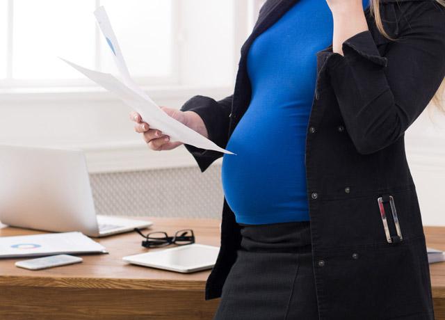 妊娠中で転職を考えている女性