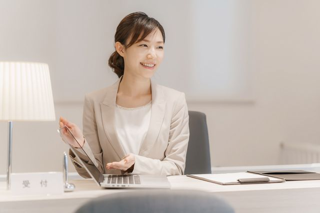 企業の受付として働く女性