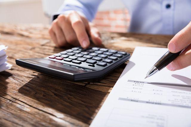 財務の仕事に役立つ資格の勉強をする人