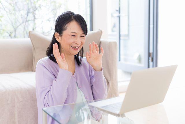 おすすめサイトを見て喜ぶシニア女性