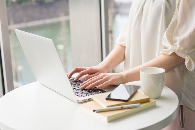 正社員の転職状況を調べる40代女性