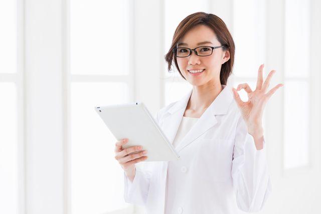 求人サイトを紹介する薬剤師女性 イメージ