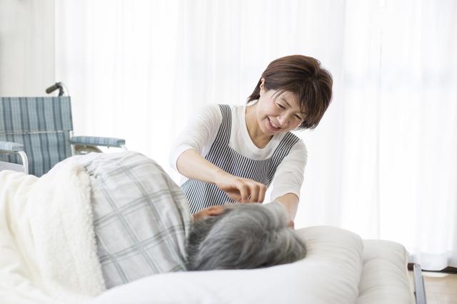 介護の仕事をする女性