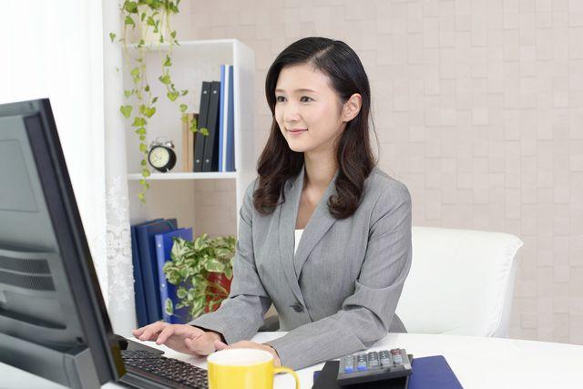 事務として働く40代女性