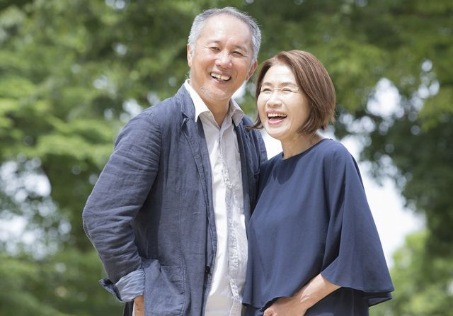 幸せそうなシニア夫婦