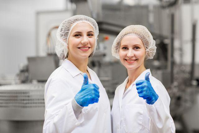 工場で働く40代女性 イメージ