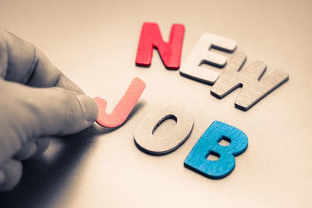 新しい仕事を探す人の手