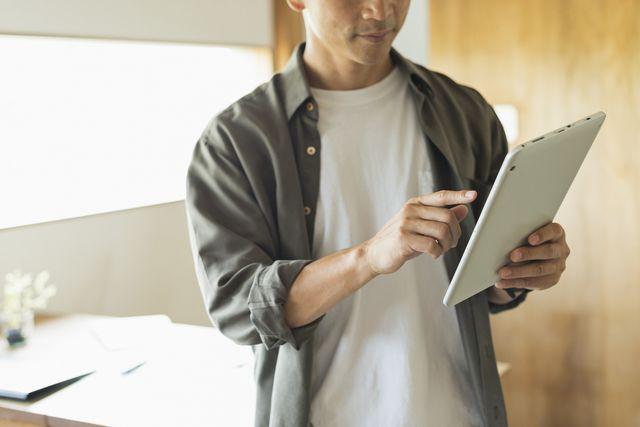転職サイトを見る40代男性