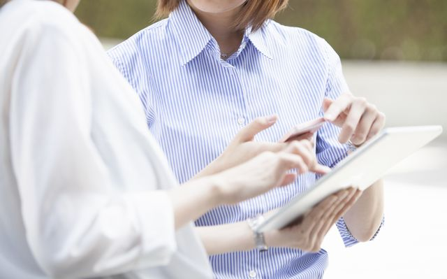 営業事務の求人を検索する女性
