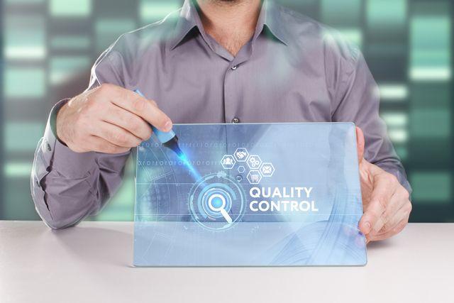 品質管理について説明する40代