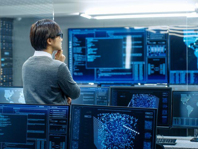 データベースエンジニアのなり方を考える男性