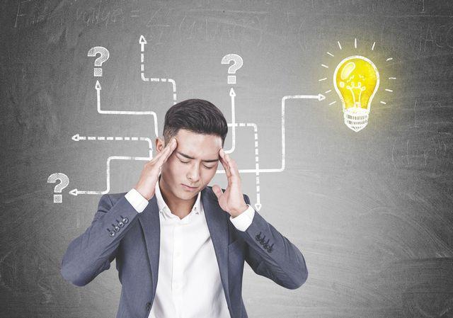 50代転職成功の対策を考える男性