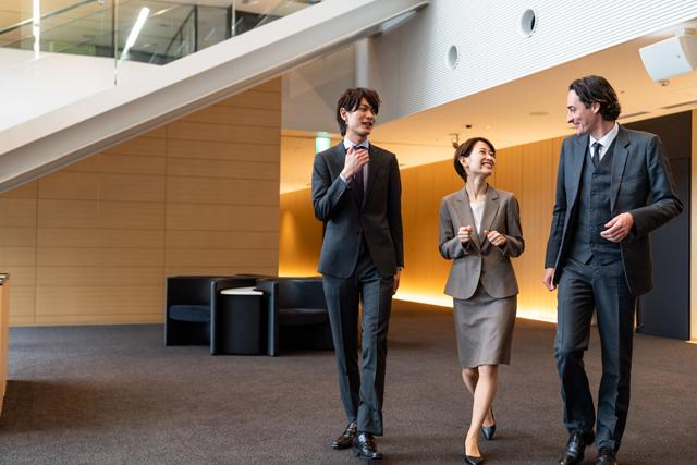 オフィスを歩く男女