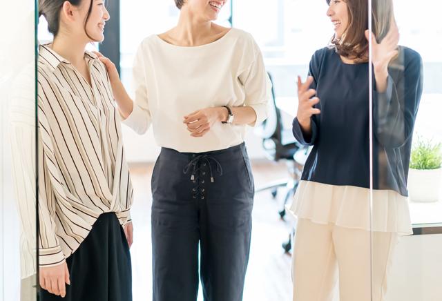 転職成功してオフィスで働く女性たち