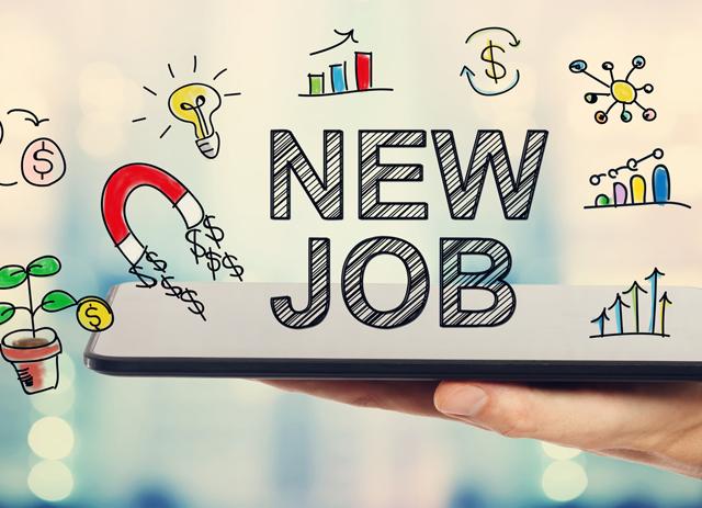新しい仕事を探している人の手とタブレット