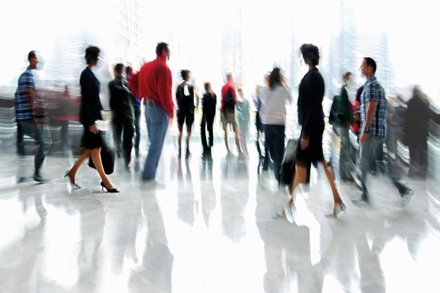 オフィスを歩く人たち