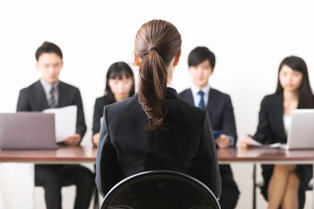 就職面接に臨む中高年女性