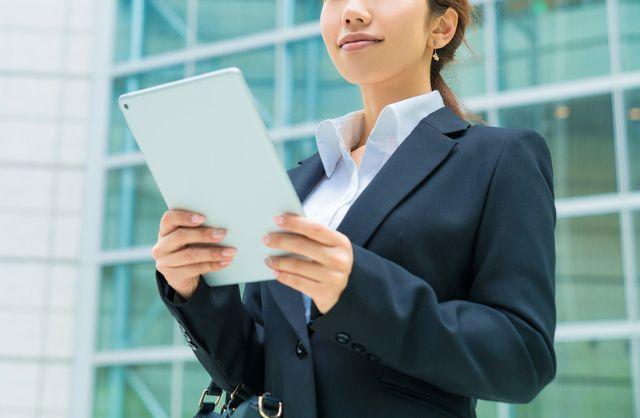 転職傾向を分析する50代女性