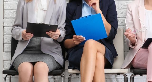 正社員の仕事探しに臨む40代女性