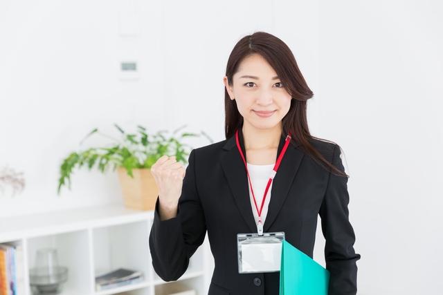 再就職成功のポイントを解説する女性