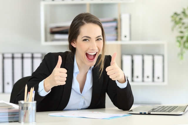 サイトで仕事をみつけて喜ぶ40代女性