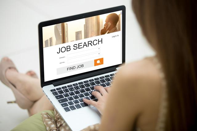 転職サイトで仕事を探す女性
