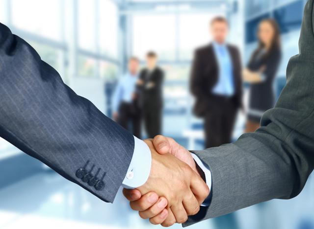 中高年で転職成功した人が握手している手