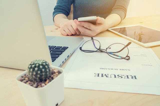 転職サイトで求人を探す女性