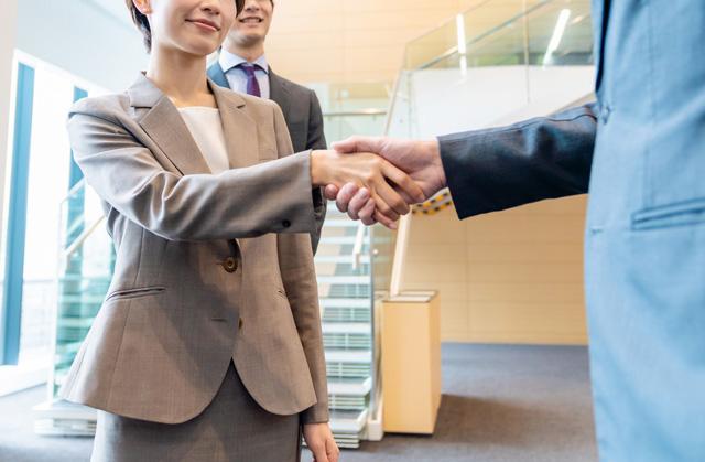 正社員に転職が決まって握手している女性