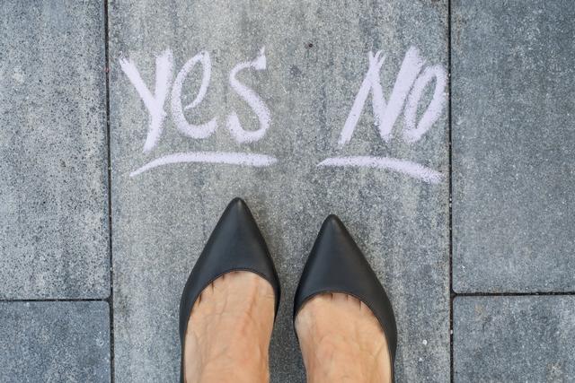 40代転職をすべきか迷う女性