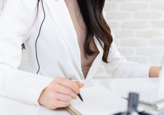 仕事のために必要な資格をリストアップする女性