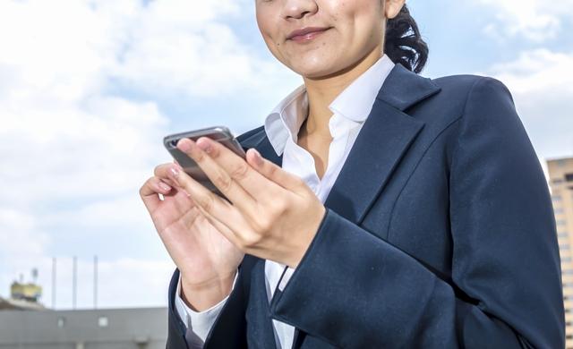 年齢から転職サイトを探す女性