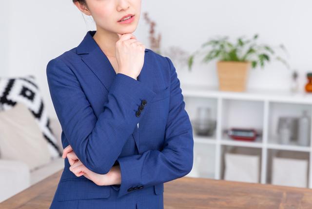 転職先選びで悩む女性