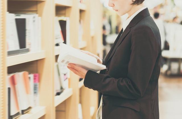仕事のために資格取得を検討する女性