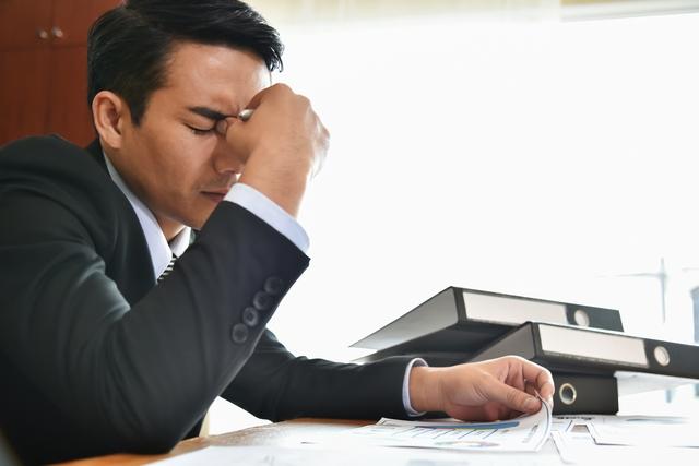 40代転職に迷い、悩む男性