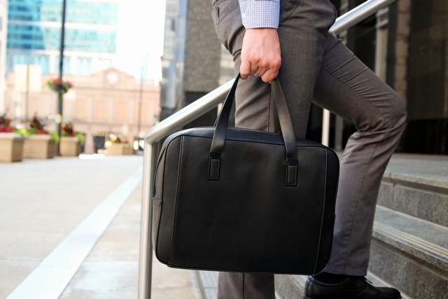 転職面接の会場に向かう40代男性のバッグ