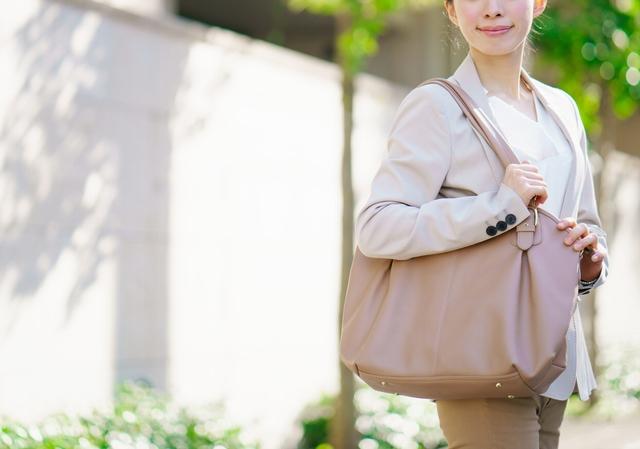 転職面接の会場に向かう40代女性のバッグ