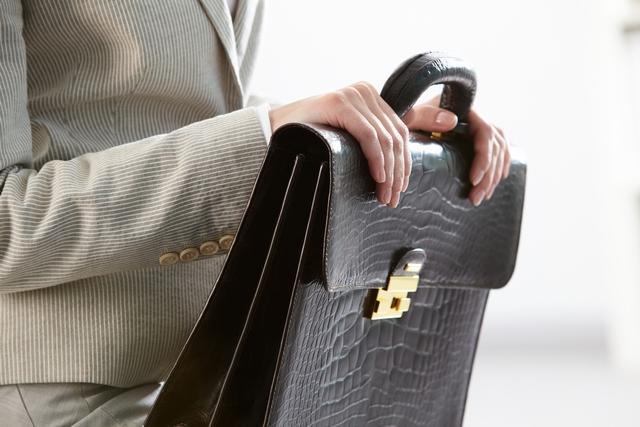 転職面接に臨む40代女性のバッグ