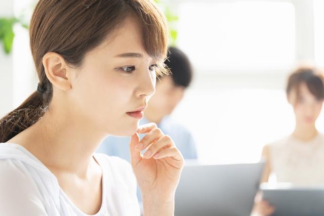 転職サイトを利用する女性