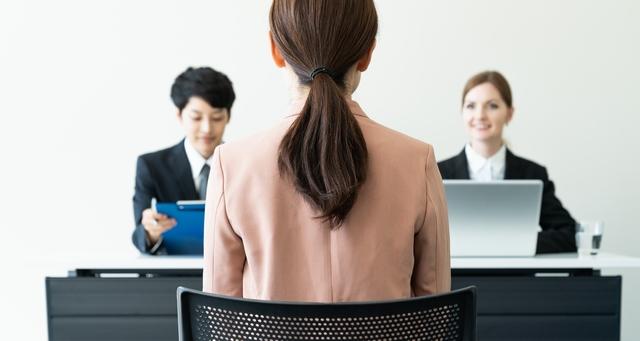 結婚による転職に臨む女性