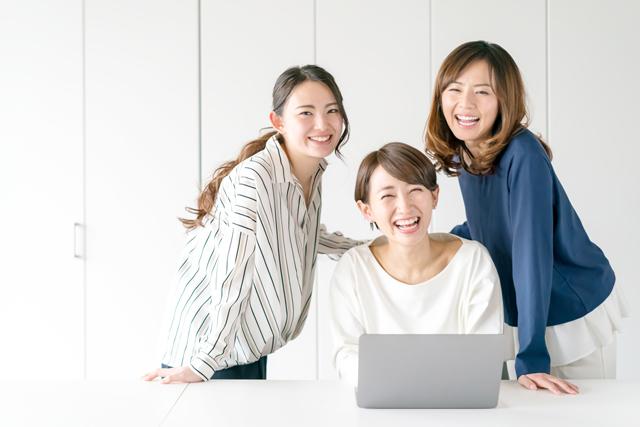 女性向け転職サイトで求人を探す女性