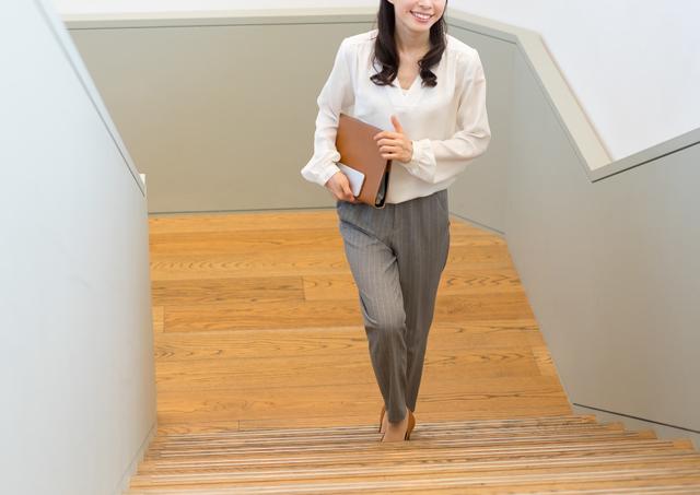 階段を上る働く女性