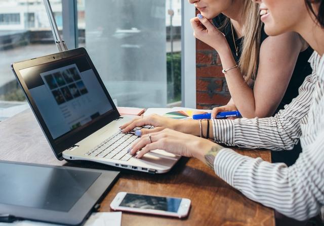 正社員求人を扱う転職サイトを探す女性