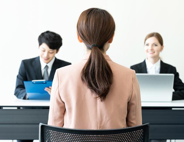 転職時の面接を受ける女性