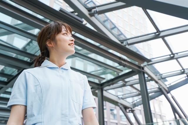 介護業界への転職を考える女性