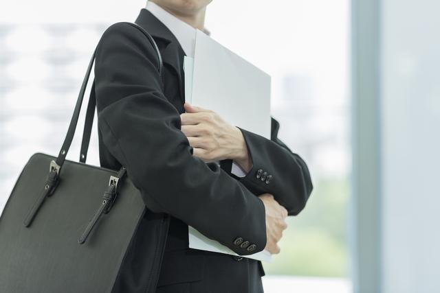 人事求人への応募書類を持つ40代女性