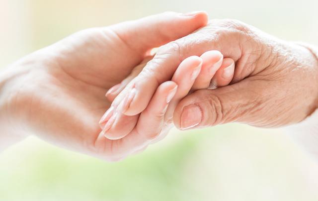 福祉の仕事をする人の手